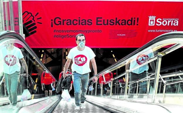 Una gran lona con el anuncio de Soria lucía desde ayer en la estación de metro de Sarriko, en Bilbao. / BORJA AGUDO