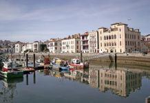Saint Jean de Luz. El puerto está salpicado de antiguas y opulentas mansiones.GB : Eric Roustand