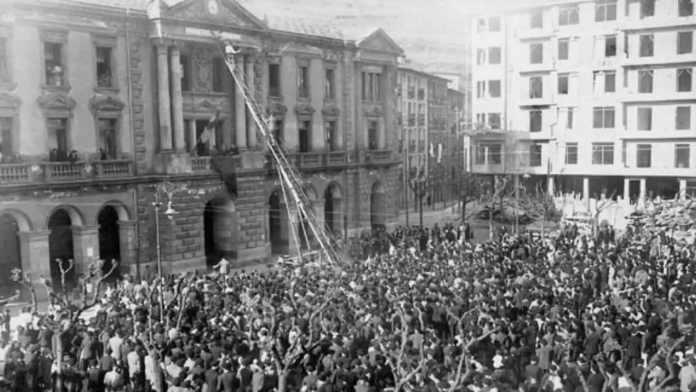La Vvilla vasca de Eibar fue la primera población en proclamar la existencia de la República española. Con una escalera cambiaron el nombre de la plaza de Alfonso XIII por el de plaza de la República.