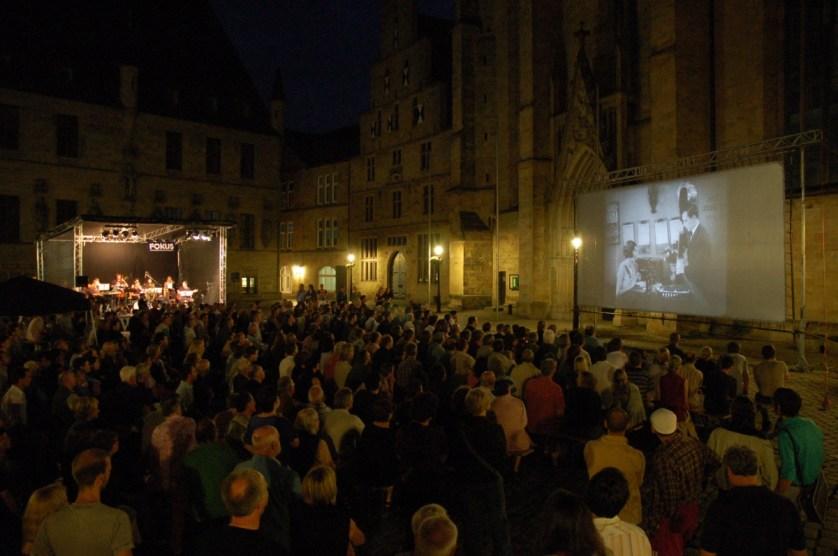 Kino an der Kirchenwand - Stummfilm mit Livemusik © A.von Brill