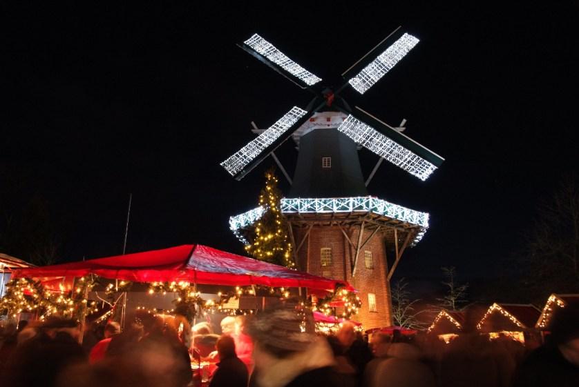 Der gemütliche Papenburger Weihnachtsmarkt lädt jährlich am 2. & 3. Advent auf den Müühlenplatz bei Meyers Mühle ein. (c) Papenburg Tourismus, Ute Müller/Nordbild Media