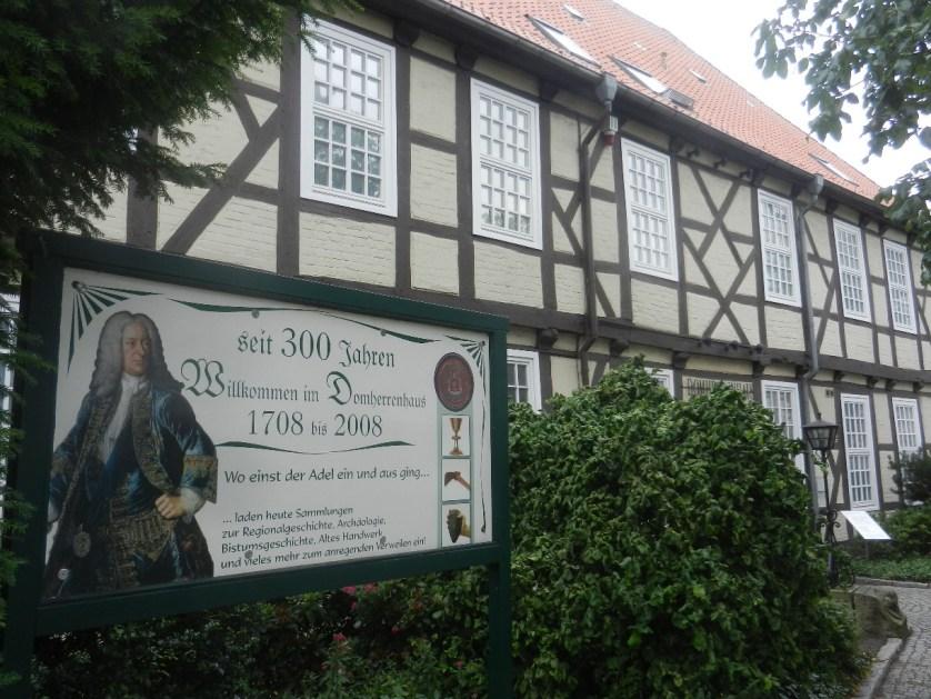 Wir starten am Domherrenhaus, dem historischen Museum. Foto: © Mirco Guy