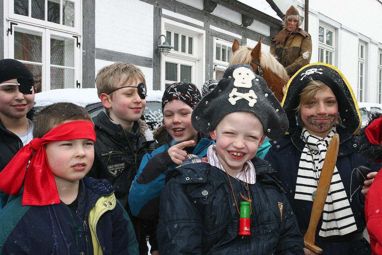 Auch kleine Piraten finden sich im Gefolge des Seeräubers Foto: © Ralf Reincken
