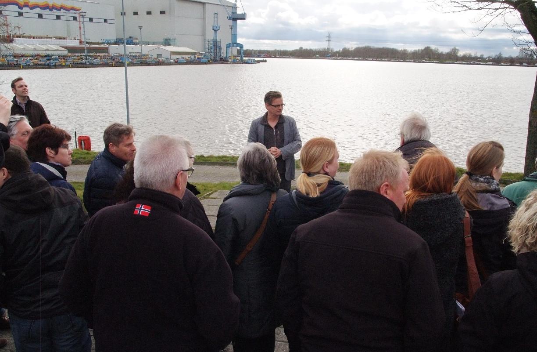 An der Papenburger Seeschleuse mit Blick auf die Meyer Werft PMG