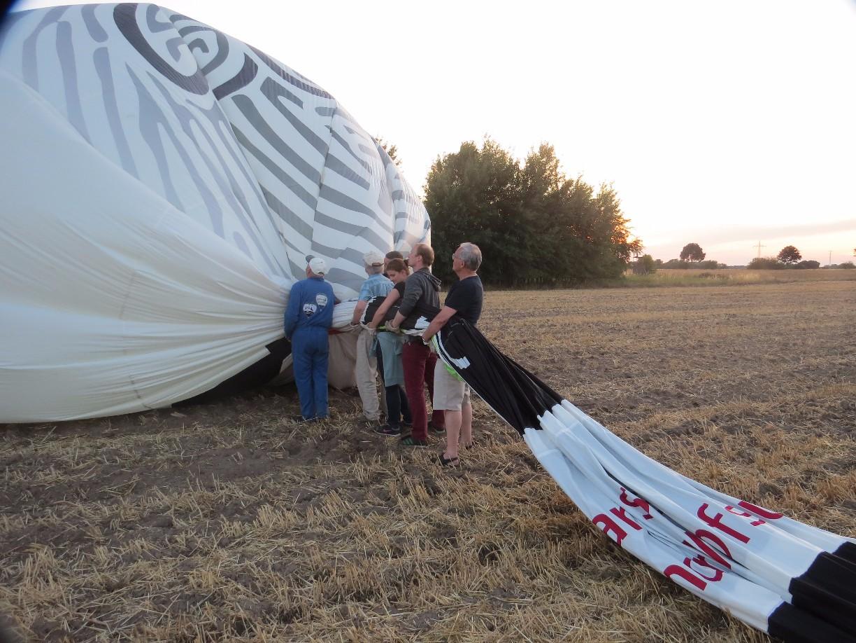 Die Luft wird aus dem Ballon gedrückt.