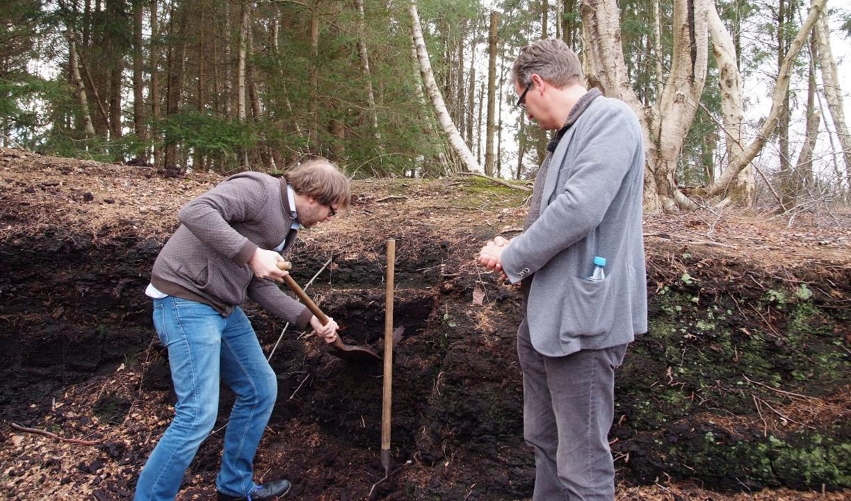 Torfstechen im Moor mit Holger Müller und Lachbustour-Teilnehemer Roland (Bildquelle: PMG)