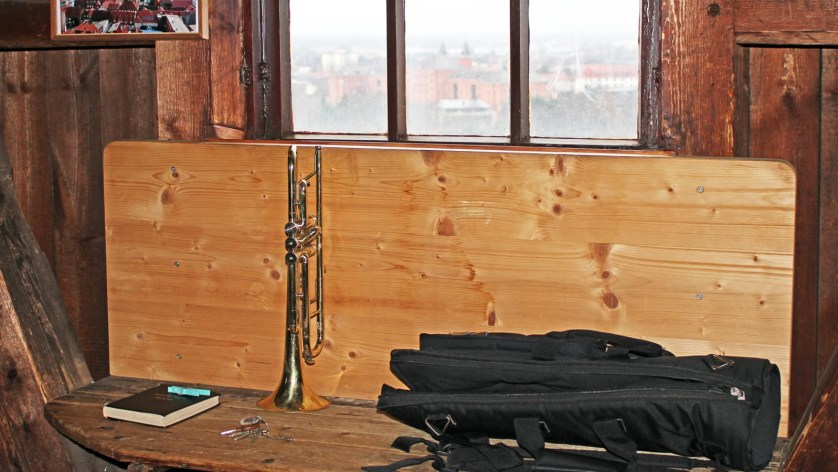Des Turmbläsers Utensilien: Posaunenbuch, Trompete und Wäscheklammer