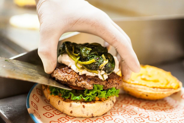Der Burger wird zusammengebaut. - © Yvonne Most