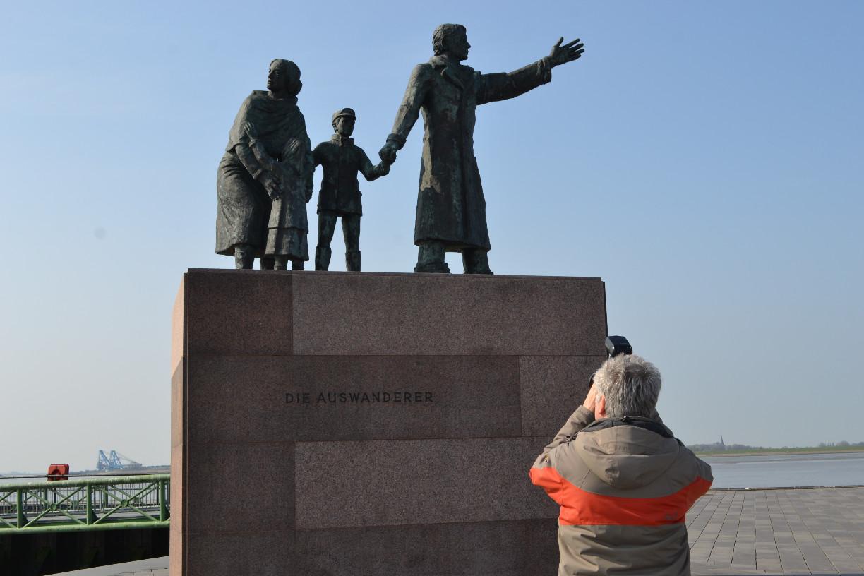Fotograf Helmut Groß vor dem Auswandererdenkmal