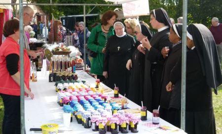 Auch der Klerus interessiert sich für die handgemachten Produkte.