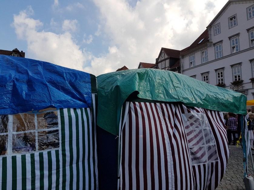 Ein Windstoß weht über den Hann. Mündener Kirchplatz und pustet die Wolken davon (c) Giel