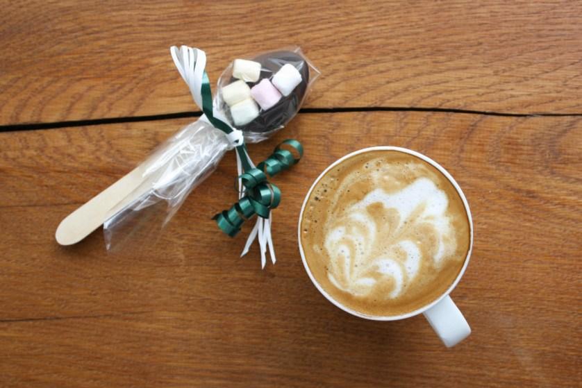 Kaffee und Schokolöffel
