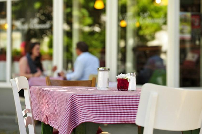 Karierte Tischdecken, weiße Holzstühle, üppiges Frühstück: Tante Emmelie. Foto: Braunschweig Stadtmarketing GmbH / Daniel Möller