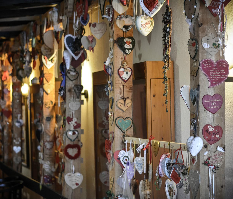 Jedes Brautpaar darf ein Herz aufhängen