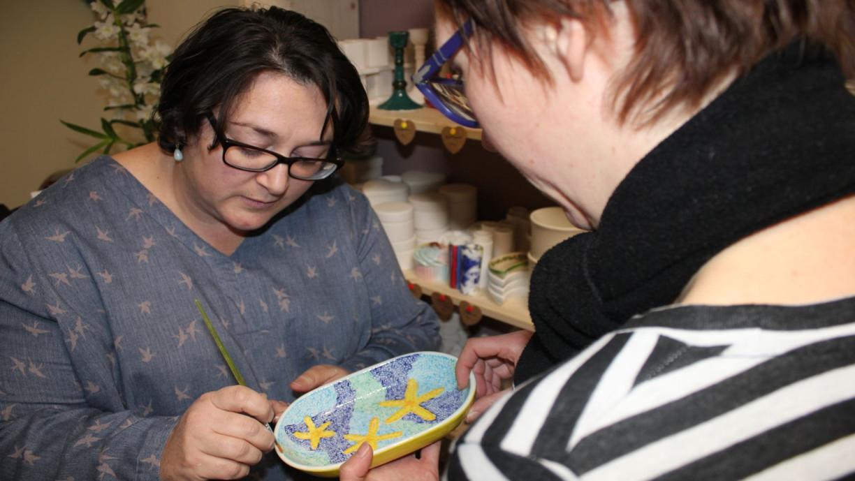 Nina erklärt die Möglichkeiten zur Keramikgestaltung