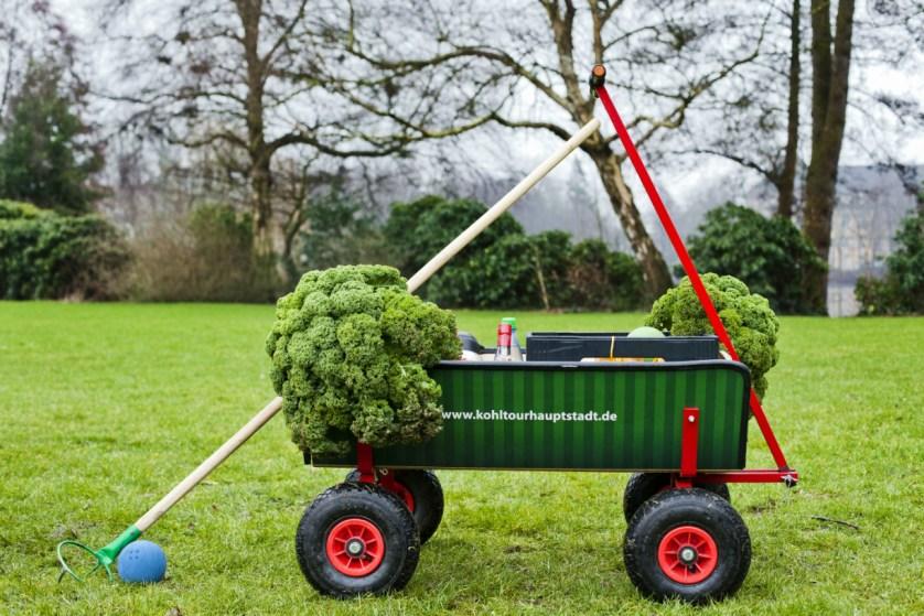 Bollerwagen zum Boßeln mit Grünkohl-Dekoration
