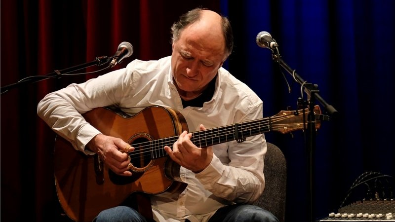 Hausherr im Lutherhaus in Osnabrück: Peter Finger bei der Acoustic GUitar Night 2016 (c) Thomas Osterfeld