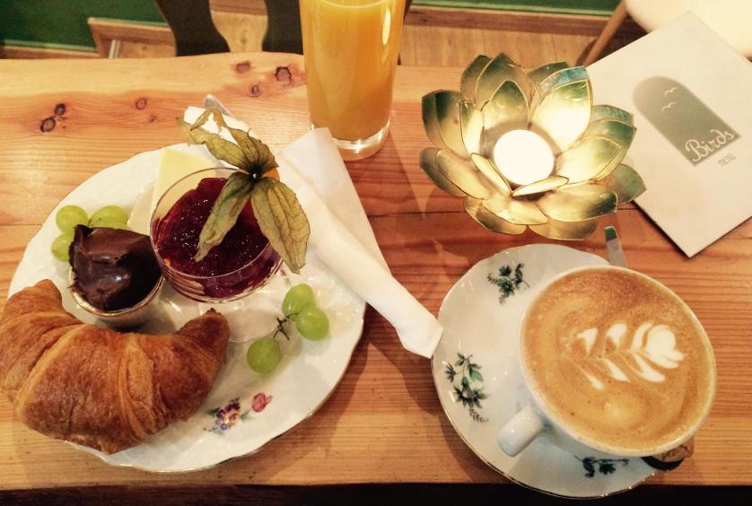 Croissant mit Cafe im Göttinger Café Birds