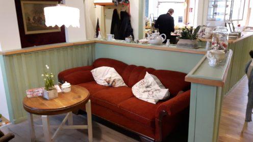 das bequeme rote Sofa - Sitzecke im Dabis