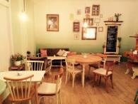 Der Gastraum im Café Birds - Stühle unterschiedlichster Art