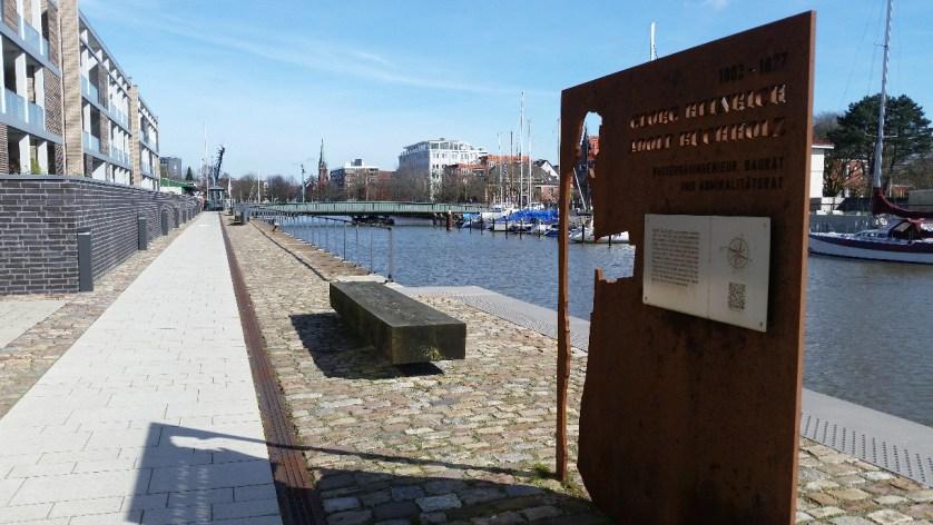 Hafenbecken. Denkmal. Holzbank. Ufer
