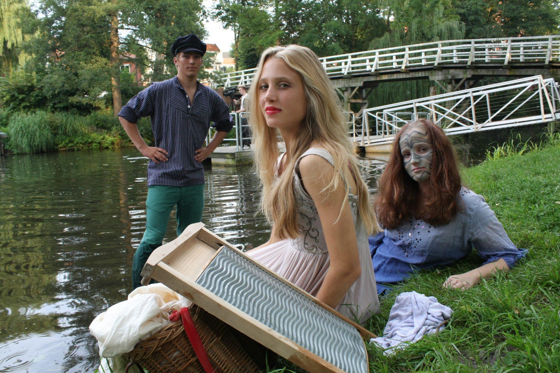 Das Foto zeigt eine blondes Mädchen vor einem Wasserlauf.
