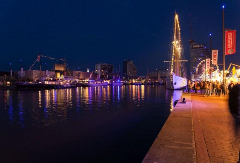 Hafenbecken Kaje Segelschiff Dunkelheit