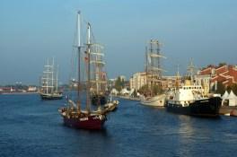 Die Schiffe brechen zur Regatta auf © Barbara