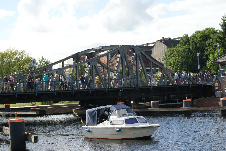Während des Wochenendes an der Jade suchen viele Besucher den Weg über die Deichbrücke © Barbara