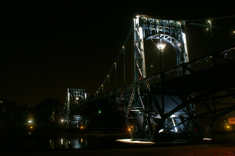 Die dezente Beleuchtung setzt die Brücke perfekt in Szene © Barbara