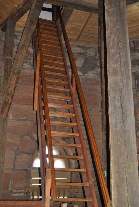 Über mehrere dieser Holzstiegen führt der Weg in die Spitze des Jacobikirchturms (c) Michaela