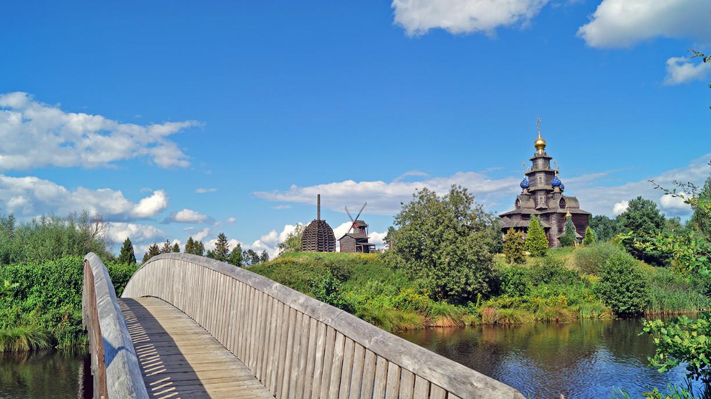 Holzbrücke über die Ise mit der Russisch-Orthodoxen Kirche im Hintergrund