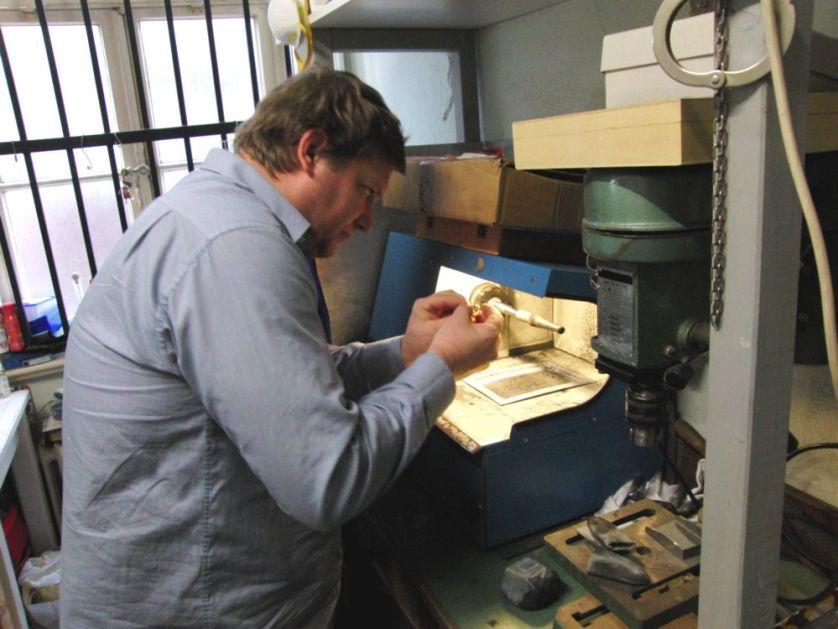 Den Ehering an der Schleifmaschine polieren