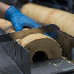 Jeder Baumkuchen wird per Hand geschnitten © WMG