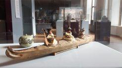 Ein geschnitztes Kajak mit drei Kajakfahrern - Ausstellungsobjekt (c) Keno Hennecke