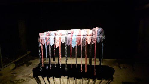 Eine aufgebahrte Leiche erarbeitet aus den Krawatten des Vaters - zeitgenössische Kunst von katrin Jakobsen