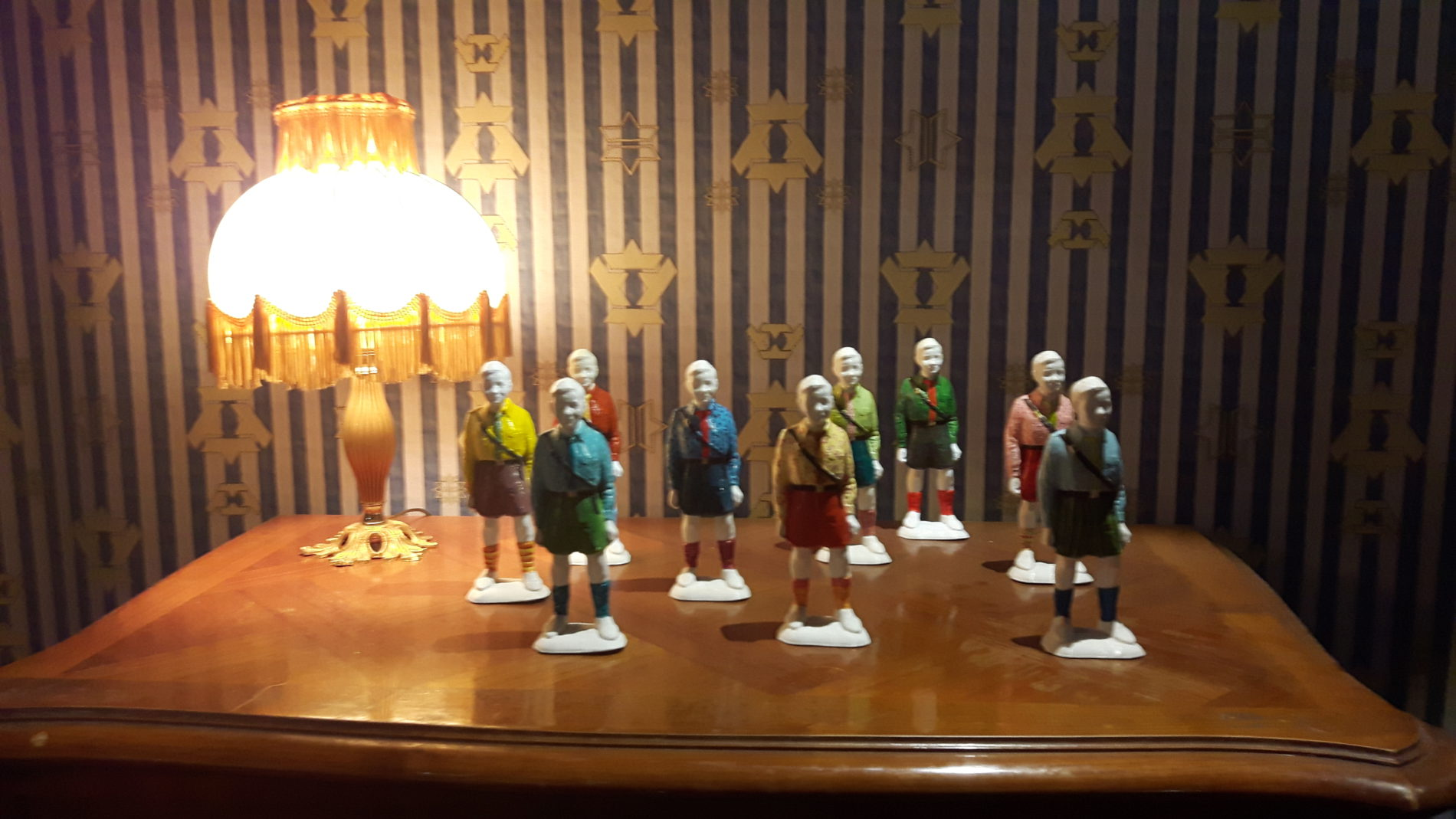 Kleine Tonfiguren, die an die Hitlerjugend erinnern (c) Keno Hennecke