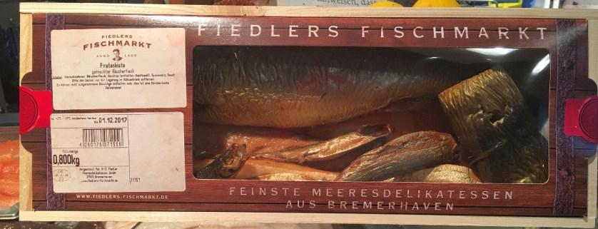 Kiste mit Räucherfisch