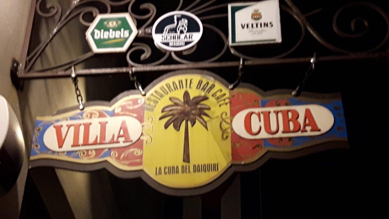 Hier sind wir ricxhtig - das Außenschild weist auf den Eingang zur Villa Cuba