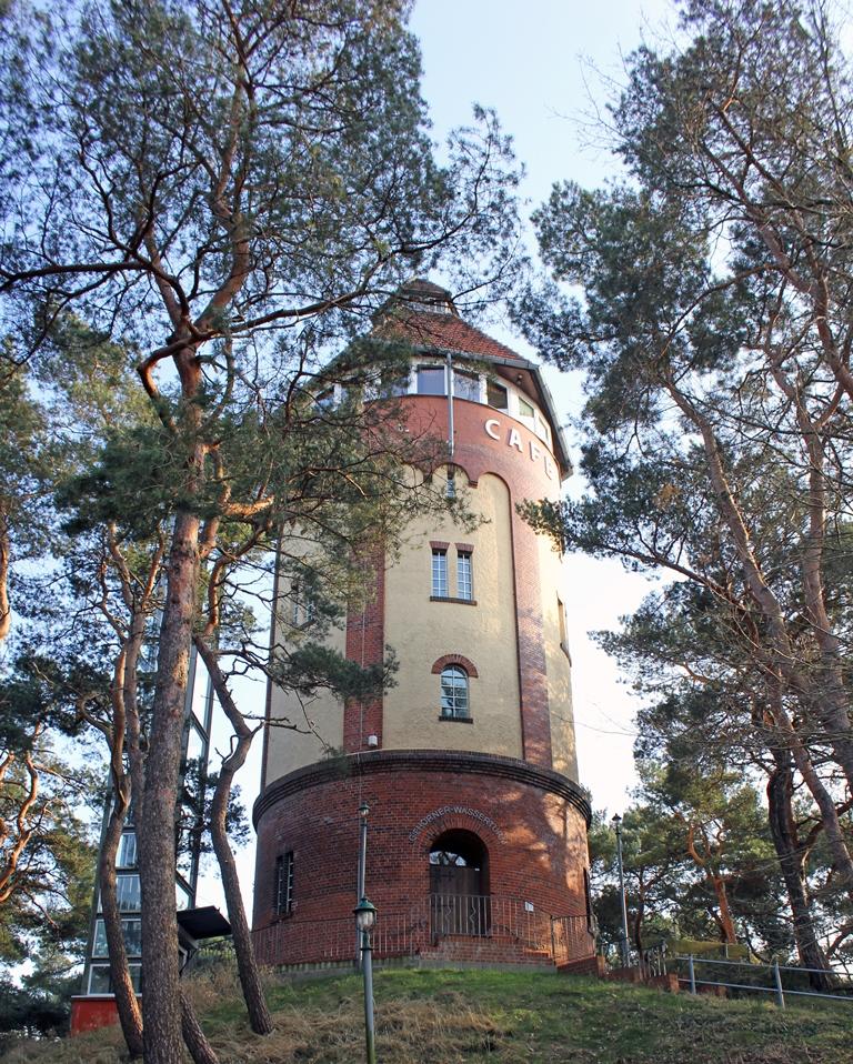 Außenansicht des Gifhorner Wasserturms, der auf einer großen Sanddüne steht.