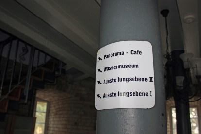 Wegweiser am Treppenaufgang zum Café im Gifhorner Wasserturm.
