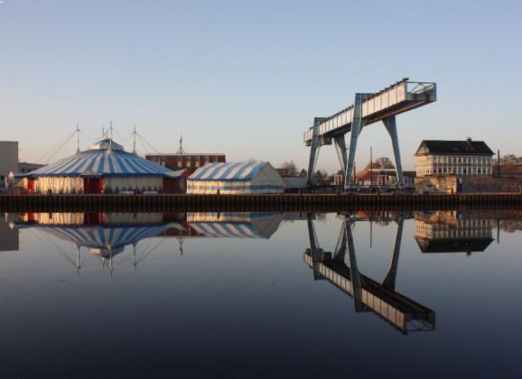Theaterhafen mit Uferpalast: Ein Paralleluniversum am Oldenburger Hafen