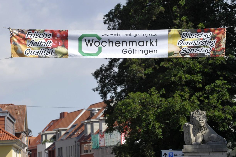 Ein Banner über der Straße weist den Weg zum Göttinger Wochenmarkt