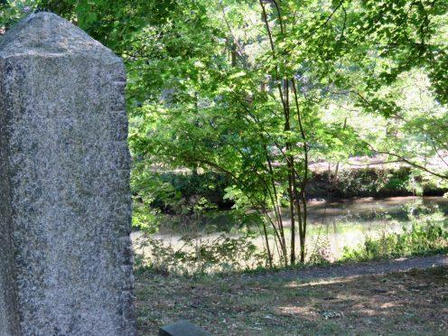 Die Oker begrenzt den alten Friedhof nach hinten ruhig
