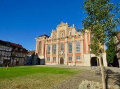 Geschichte und Gegenwart treffen sich vor der Trinitatis-Kirche