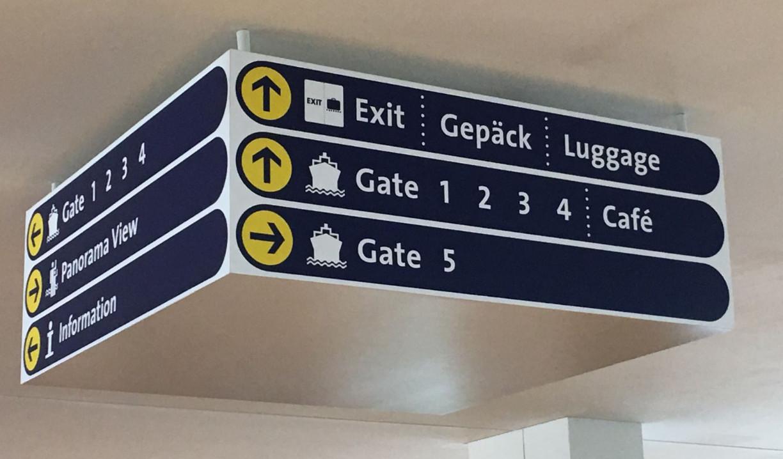 Orientierungstafel im Kreuzfahrtterminal