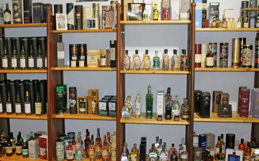 Regale mit Whisky, Gin und Rum