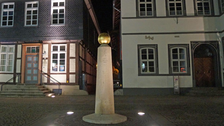 Der Meilenstein vor dem Langen Jammer und dem Kavalierhaus.