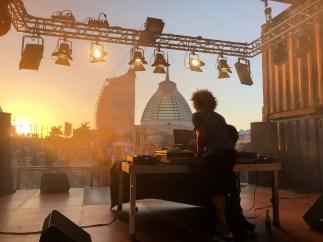 Der DJ heizt den ersten Partygängern während des Sonnenuntergang beim Seestadtfest Bremerhaven ein