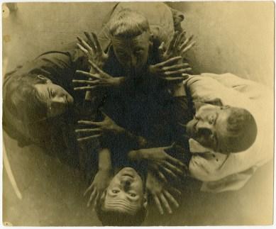 Die vier Bauhäusler als Menschen von oben fotografiert.